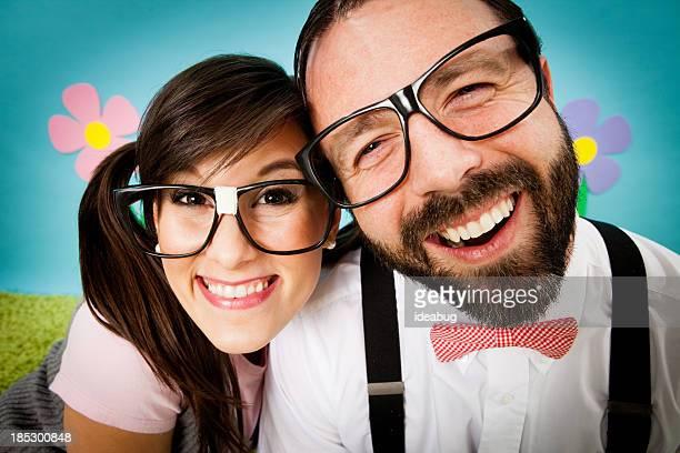 Gros plan d'heureux Nerd Couple dans un monde de fantaisie, extérieur