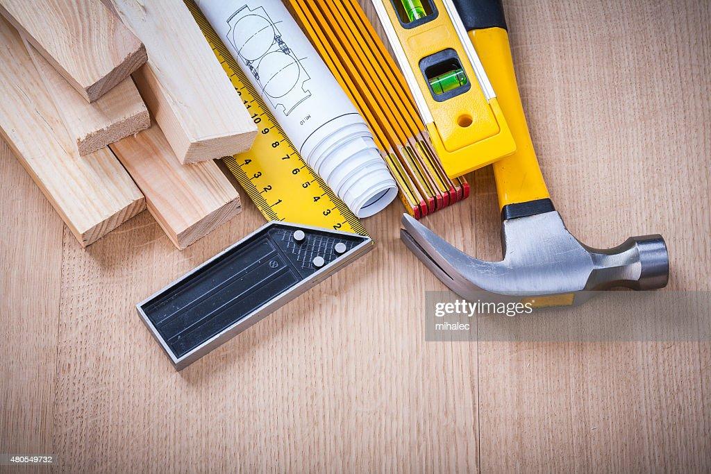 Grande plano de melhoria de construção casa com ferramentas na mesa de madeira : Foto de stock
