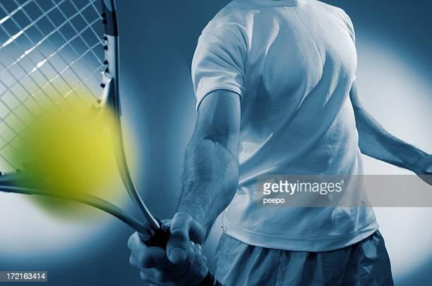 Gros plan d'homme Joueur de Tennis frapper le ballon