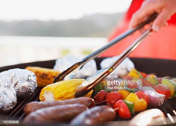 Nahaufnahme des Mannes Essen grillen Sie auf der barbecue