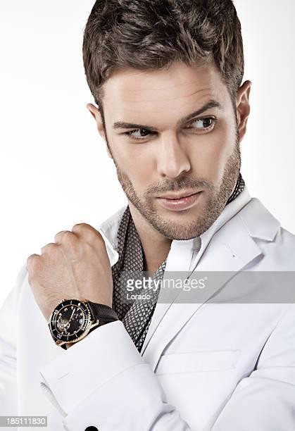 """Primo piano di uomo di circa cinquant """"anni posa con gli orologi"""