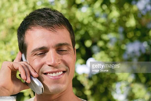 Primer plano de hombre usando cellphone