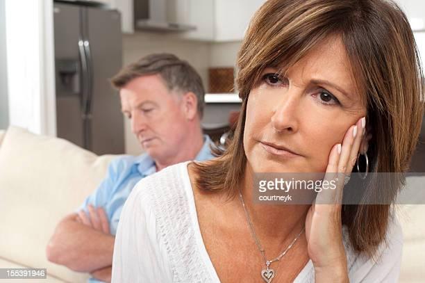 Gros plan d'un couple d'âge mûr se battre