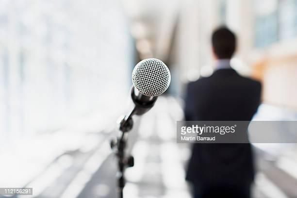 Nahaufnahme des Mikrofons im Büro