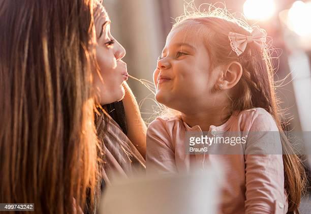 Nahaufnahme von Mutter und Tochter den Mund verziehen zu.