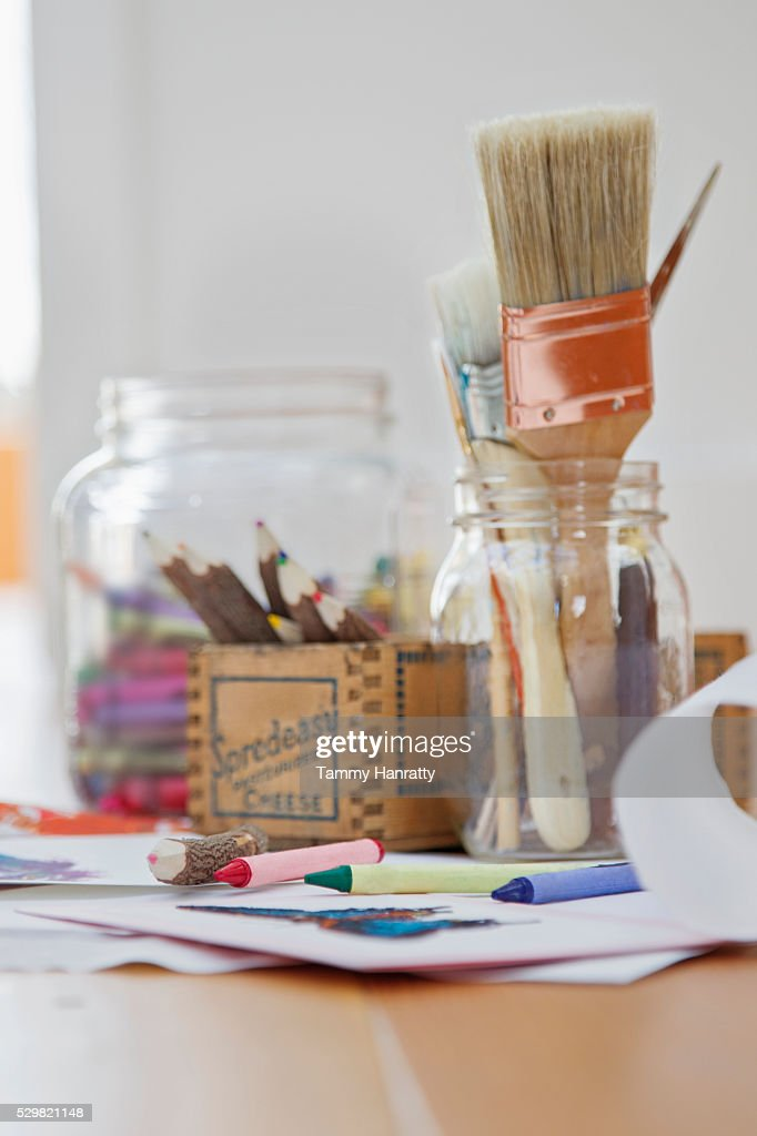 Close up of painting and drawing tools on desk : Stockfoto