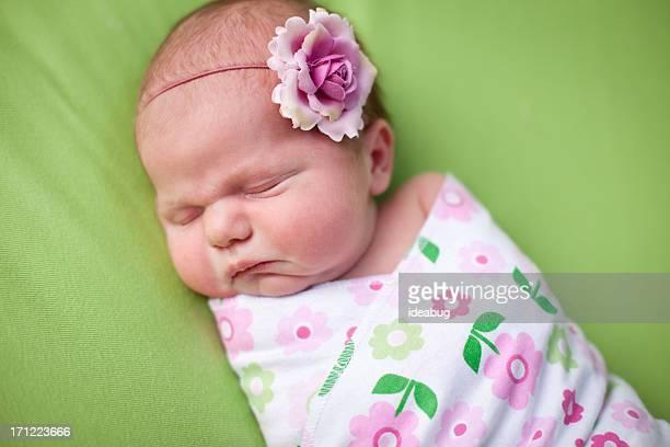 クローズアップ女の子の穏やかな新生児心地よく包みブランケット