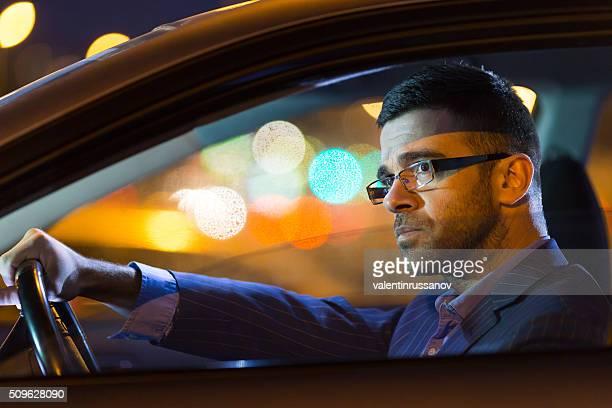 Nahaufnahme von Nachdenklicher junger Mann sein Auto fahren