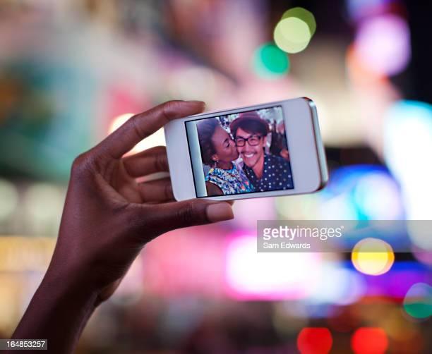 Nahaufnahme von Fotos auf Handy-Bildschirm