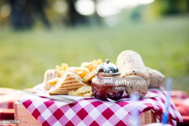 Nahaufnahme von Picknick Essen am gedeckten Tisch