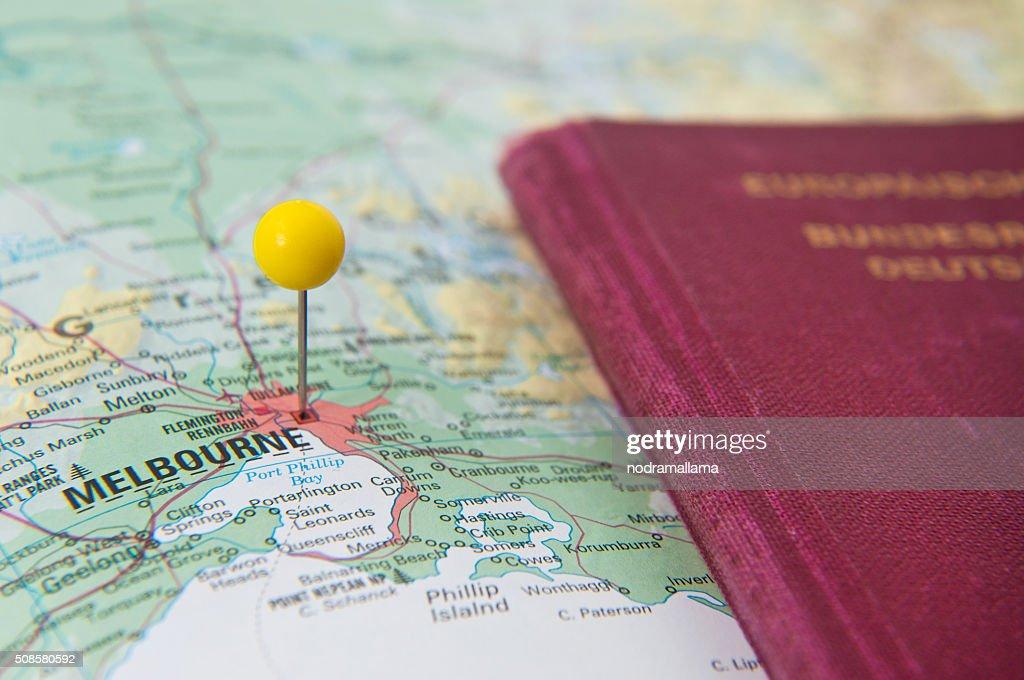 Nahaufnahme von Polig auf Karte und Reisepass, Melbourne, Australien. : Stock-Foto