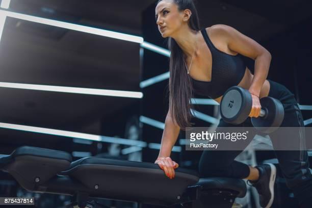Nahaufnahme von hübschen weiblichen tun Training im Fitness-Studio