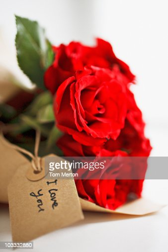 Close up of red roses with gift tag : Foto stock