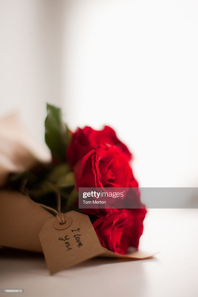 Close up of red roses with gift tag : Stockfoto