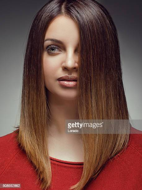 Gros plan de Brunette sensuelle avec long Cheveux raides