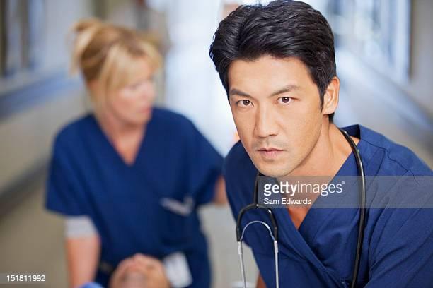 クローズアップを押して患者に重大なナース病院の廊下