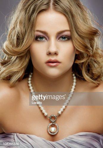 Nahaufnahme von einem attraktiven blonden Frau mit Perlen-Halskette