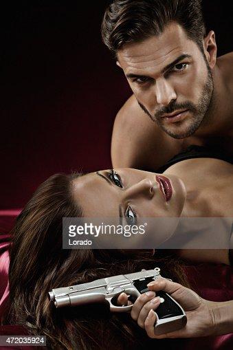 クローズアップのセクシーなカップルのベッド