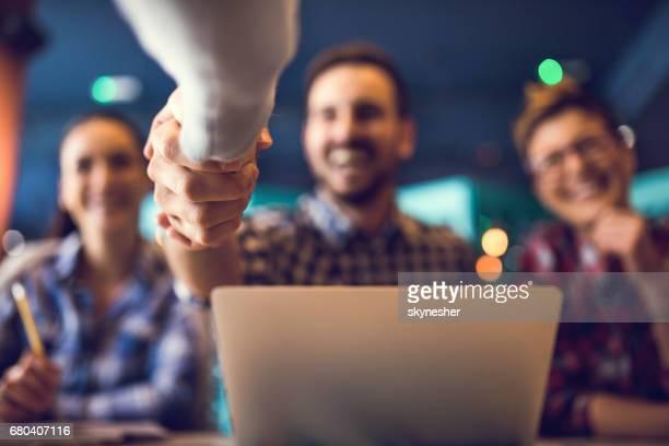 Cerca de estrecharme la mano después de exitoso acuerdo.