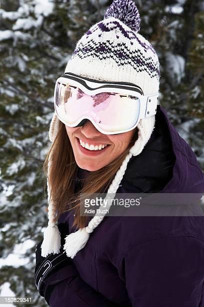 クローズアップのスキーヤー、ゴーグル、帽子