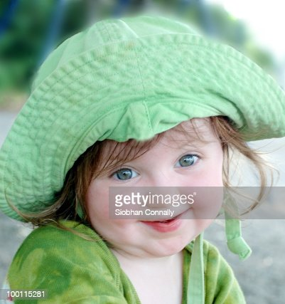 Close up of smiling girl with green cap : Foto de stock
