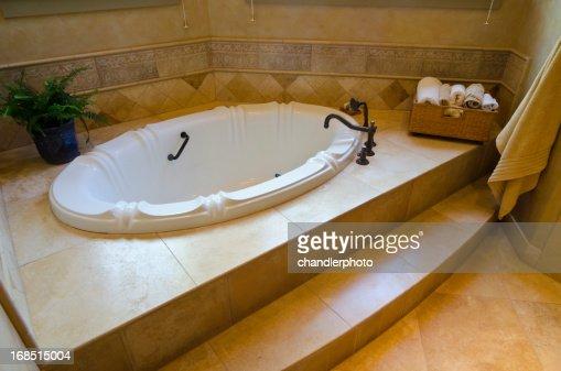nahaufnahme der in den boden eingelassene badewanne mit kachelmuster stock foto getty images. Black Bedroom Furniture Sets. Home Design Ideas