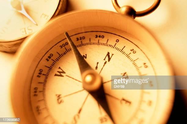 Nahaufnahme von zwei alte Kompass warm ausgeleuchteten