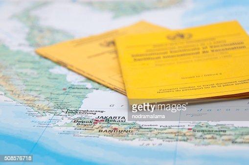 Primo piano di un certificato di vaccinazione e mappa del mondo. : Foto stock