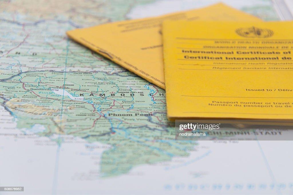 Nahaufnahme von Impfbescheinigung und Welt Karte. : Stock-Foto