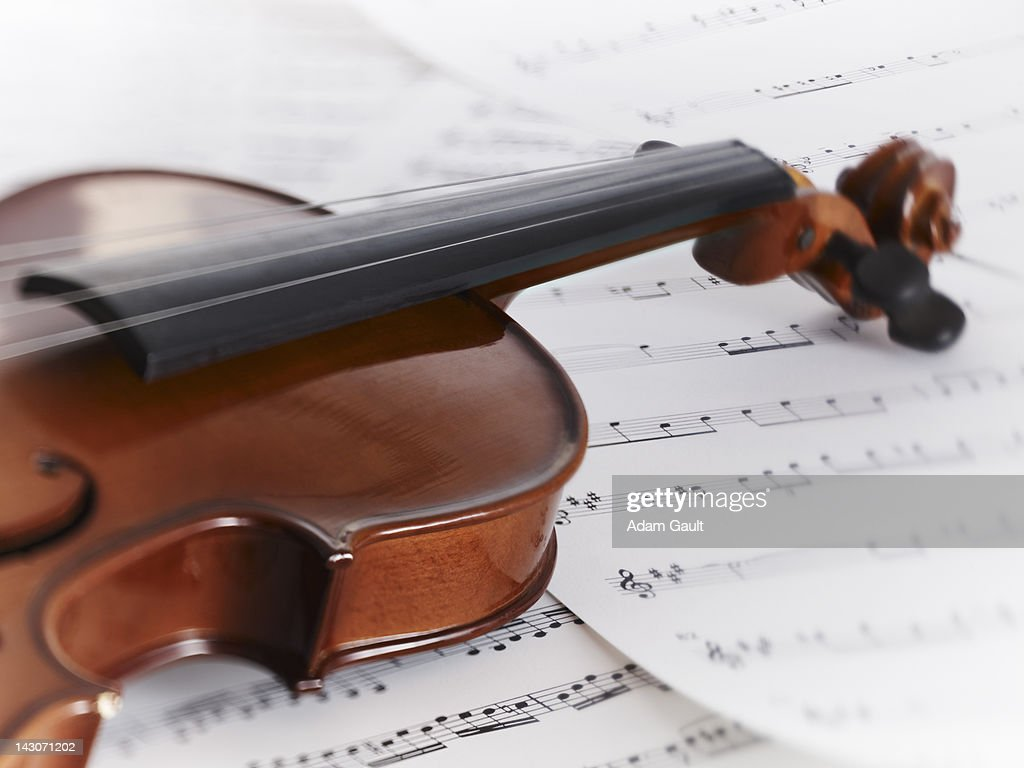 Close up of violin and sheet music : Foto de stock