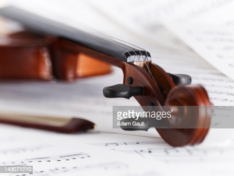 Close up of violin, bow and sheet music : Stockfoto