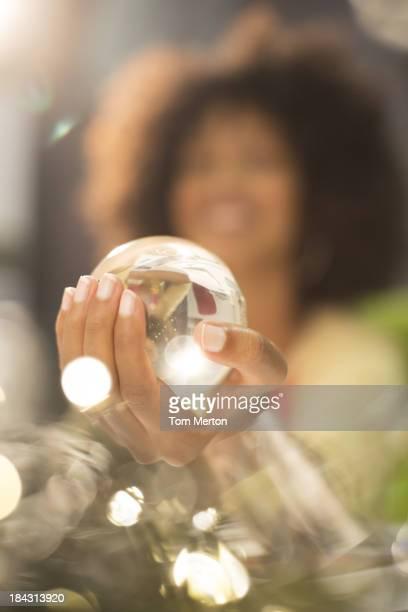 Nahaufnahme der Frau mit Kristallkugel