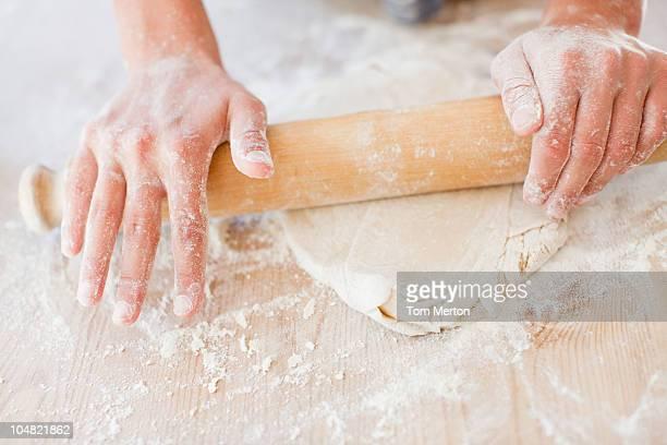 Gros plan de femme de préparation de pâte avec le Rouleau à pâtisserie