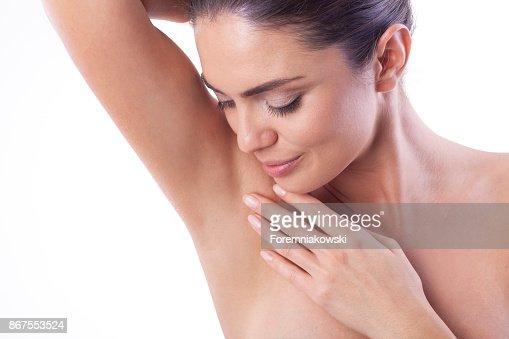 彼女の脇の下を見せて女性のクローズ アップ。 : ストックフォト