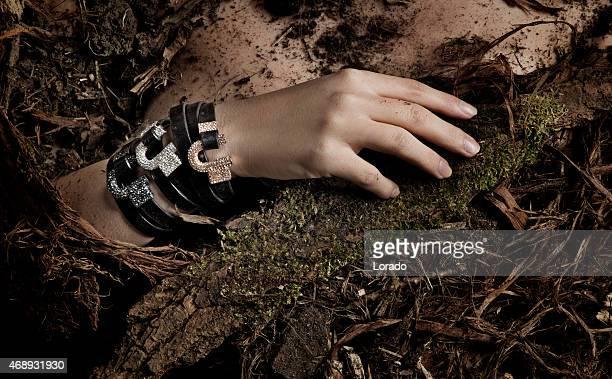 Nahaufnahme der Frau mit Armbändern Festlegung in Moto