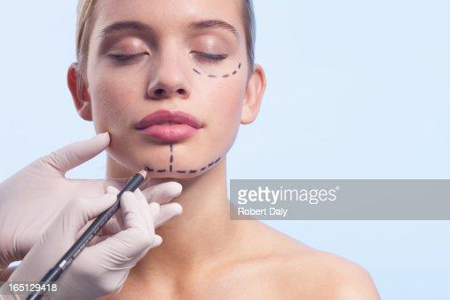 Primo piano di donna uomo viso essere contrassegnato con linee punteggiate
