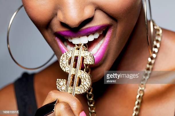 Nahaufnahme des weiblichen Mundes mit-Dollar