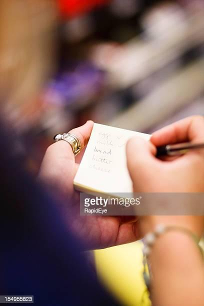 Nahaufnahme der Hände als Frau Karos shopping list
