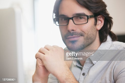 Close up portrait of smiling businessman wearing eyeglasses : Stockfoto