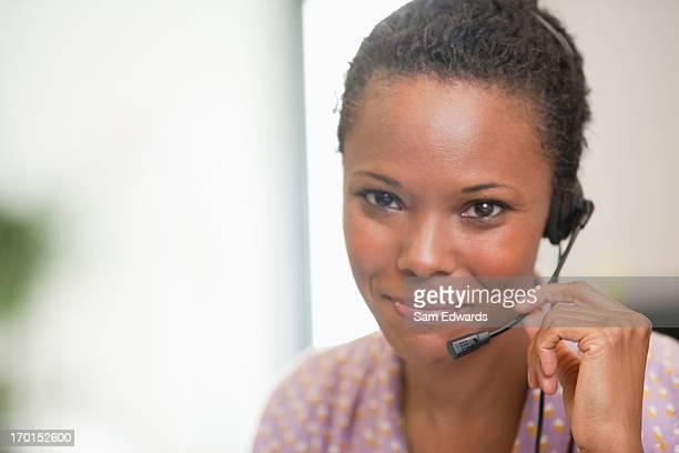 Nahaufnahme Porträt von lächelnd Geschäftsfrau mit headset