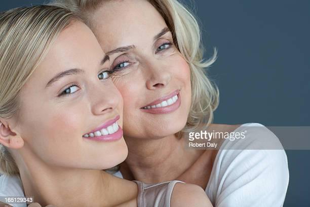 Close-up Retrato de um sorridente mãe e filha Agarrar