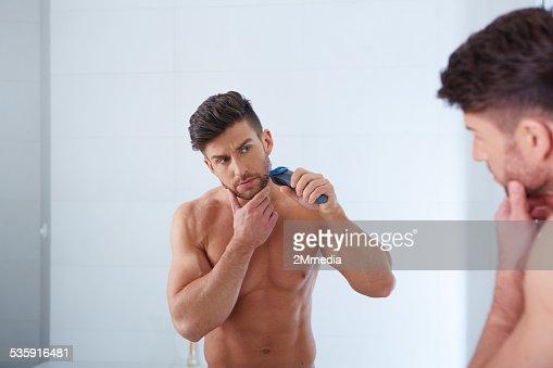 Retrato de primer plano de joven hombre atractivo con una piel perfecta : Foto de stock