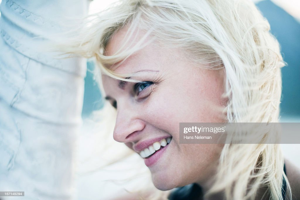 Close up portrait of young woman smiling : Stock-Foto
