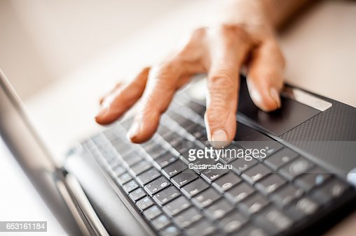 Close Up Senior Woman Old Hands Using Laptop : Stockfoto
