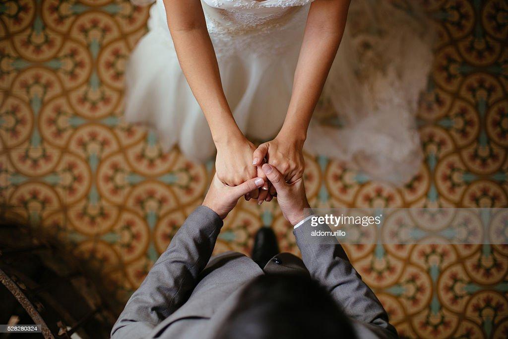 Primo piano foto di sposo e sposa con le mani : Foto stock