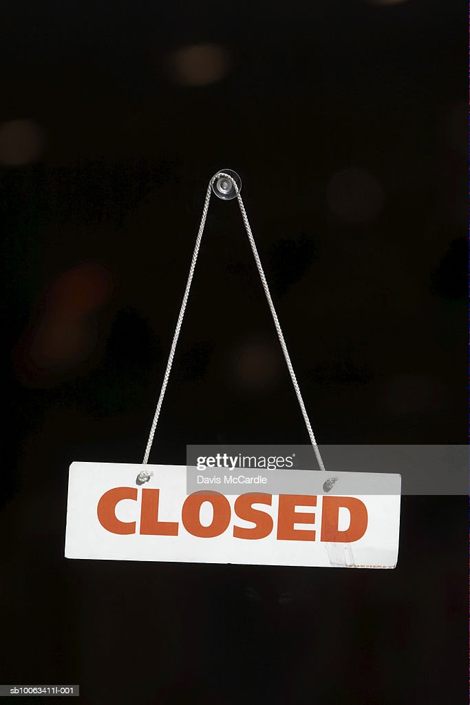 closed sign on the door of a store : Stock Photo