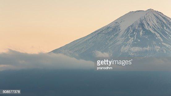 Mont Fuji fermé jusqu'à la couverture de neige en hiver : Photo