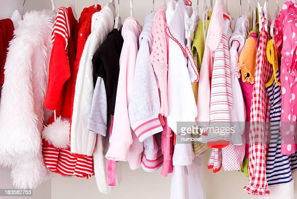 Placard avec des vêtements pour bébés