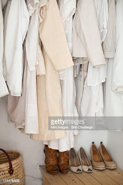 Un armario con crema y ropa blanca, revestimientos, camisetas