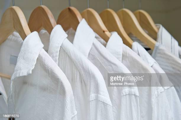 クローゼットにホワイトのシャツ
